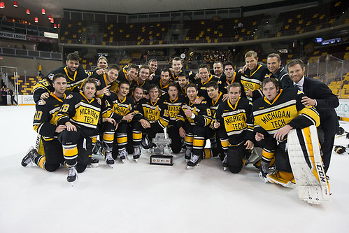 7 Oct 17:  The University of Minnesota Duluth Bulldogs host the Michigan Tech Huskies play against in the 2017 Icebreaker Tournament at Amsoil Arena in Duluth, MN. (Jim Rosvold/USCHO.com)